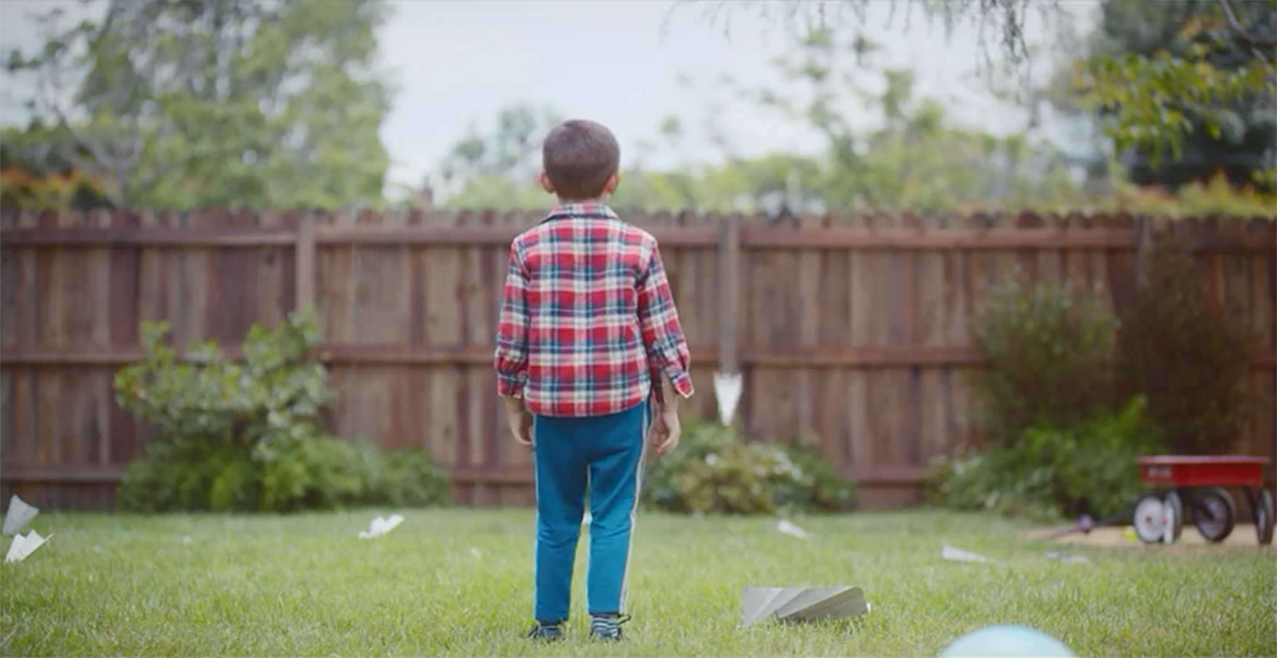 What do you do when you miss a dad who's far away? See how paper and packaging help a little boy and his father stay close.